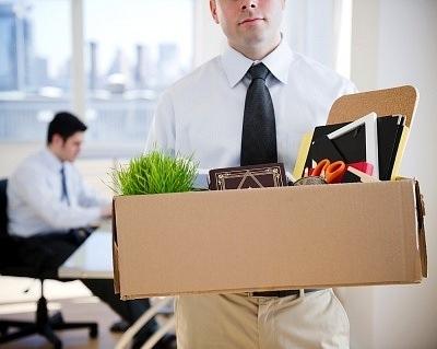 Сотрудник с рабочими вещами после увольнения