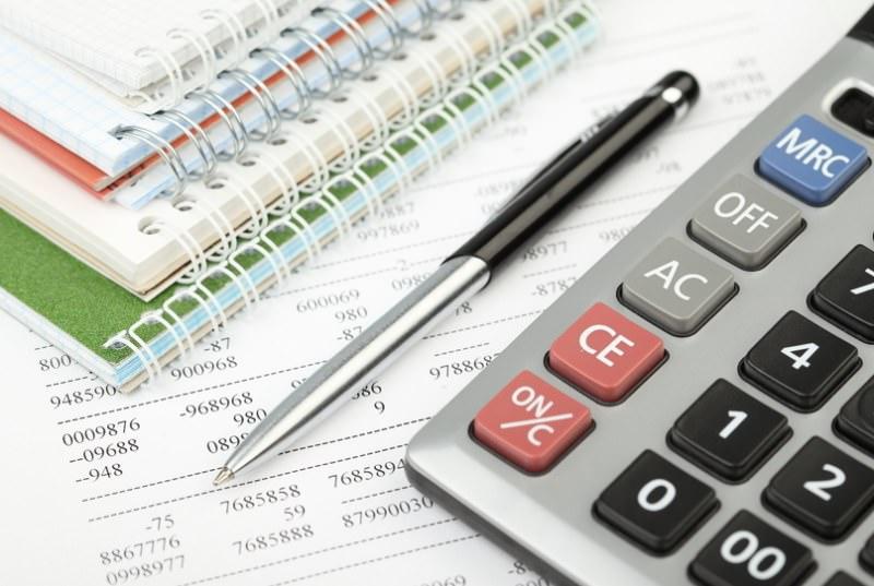 Калькулятор, ручка и записные книжки